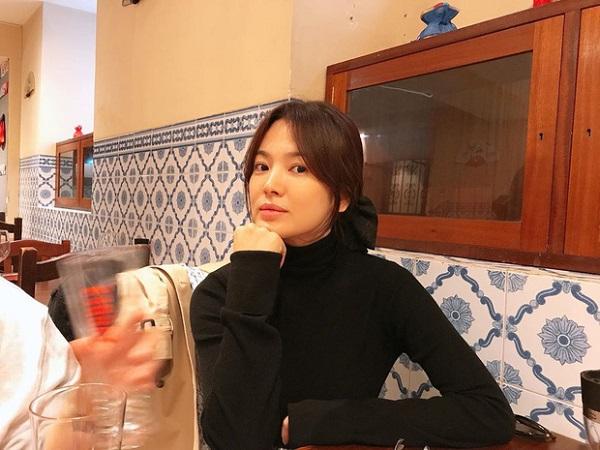 Mặc kệ những lời gièm pha của người đời, Song Hye Kyo vẫn tự tin xuất hiện trước ống kính với thần thái sang chảnh.