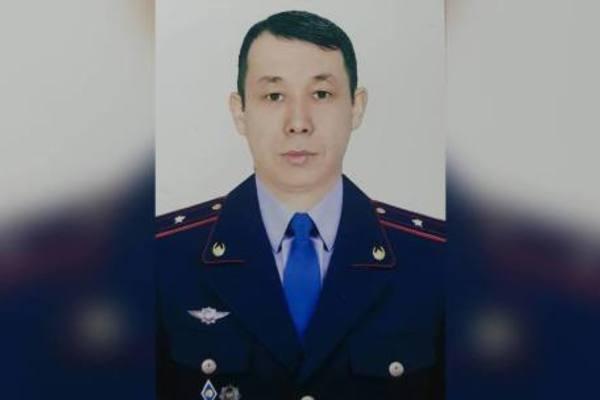 Cảnh sát Bakytzhan Bakirov (36 tuổi) phi thân từ cửa số tầng 13, truy bắt tội phạm ấu dâm. (Ảnh: RT)