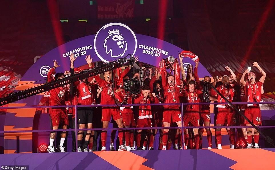 Đội trưởng Henderson nâng cao chiếc cúp vô địch Premier League. Ảnh: Getty