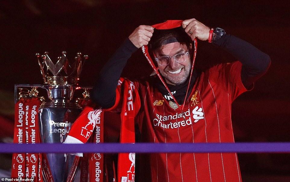 Theo quy tắc phòng dịch, nhà vô địch nhận huy chương rồi tự đeo cho mình. Ảnh: Reuters