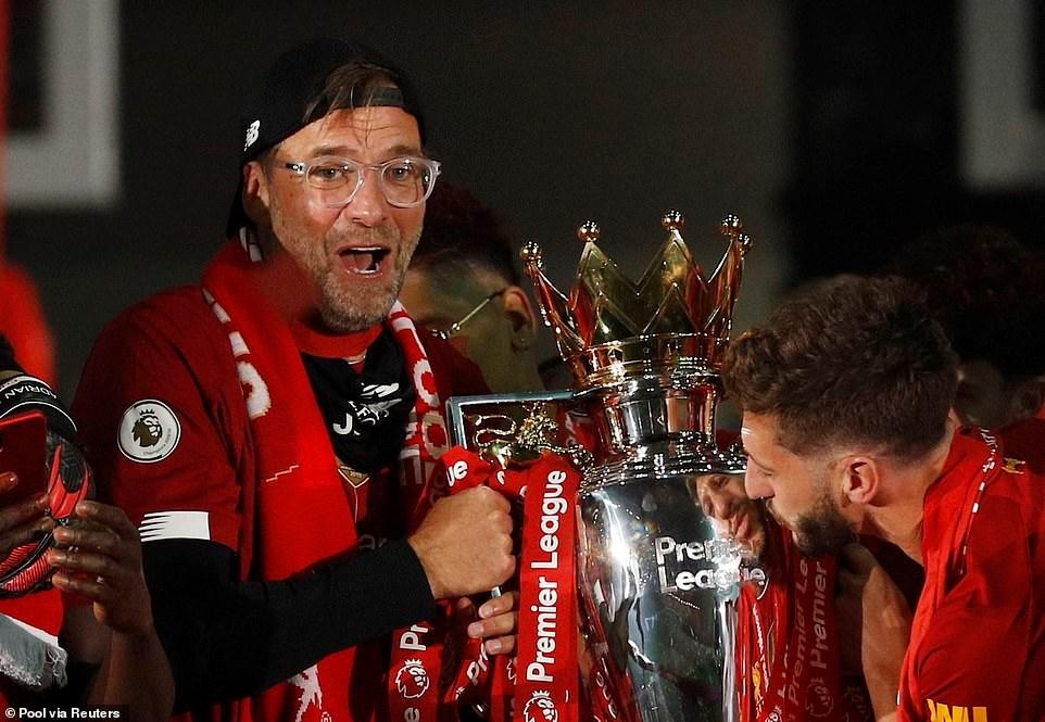 HLV Jurgen Kloop làm nên lịch sử khi giúp đội bóng thành phố cảng Liverpool lần đầu vô địch bóng đá Anh sau 30 năm chờ đợi. Ảnh: Reuters
