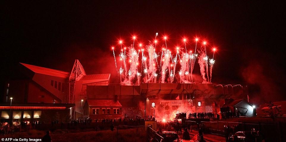 Pháo hoa rực sáng trên bầu trời sân vận động Anfield. Ảnh: Getty