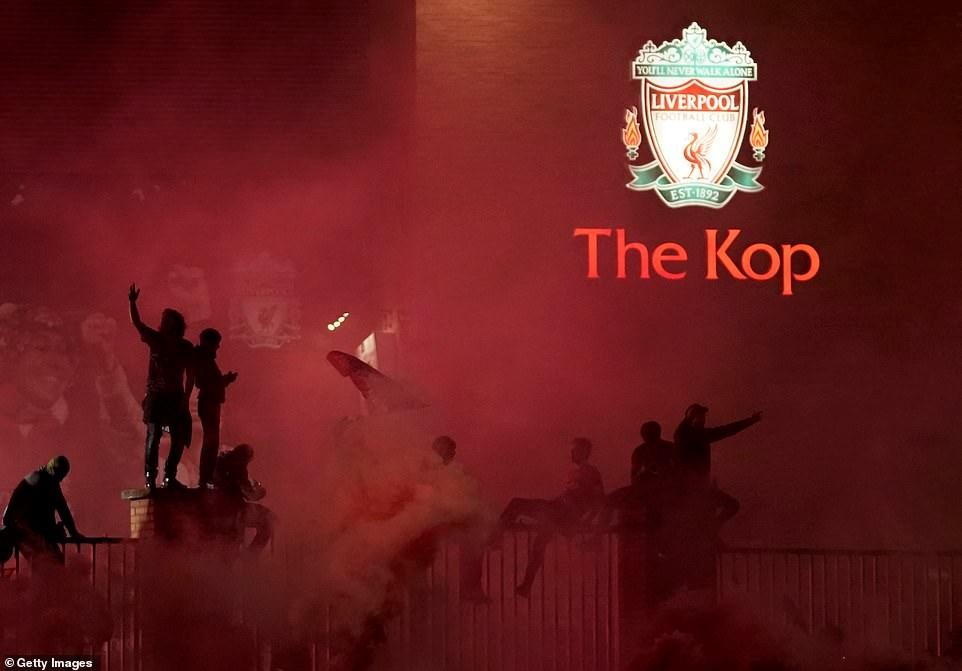 Cổ động viên của The Kop ăn mừng bên ngoài sân Anfield. Ảnh: Getty