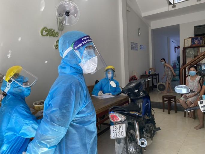 Cán bộ y tế đến điều tra dịch tễ tại nhà bệnh nhân 418