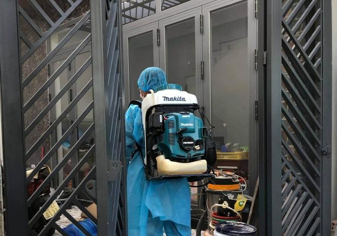 CDC Đà Nẵng phun sát trùng, kiểm soát dịch ở nhà bệnh nhân 418, cũng là con trai của ca bệnh vừa tử vong. Ảnh: Thanh Niên