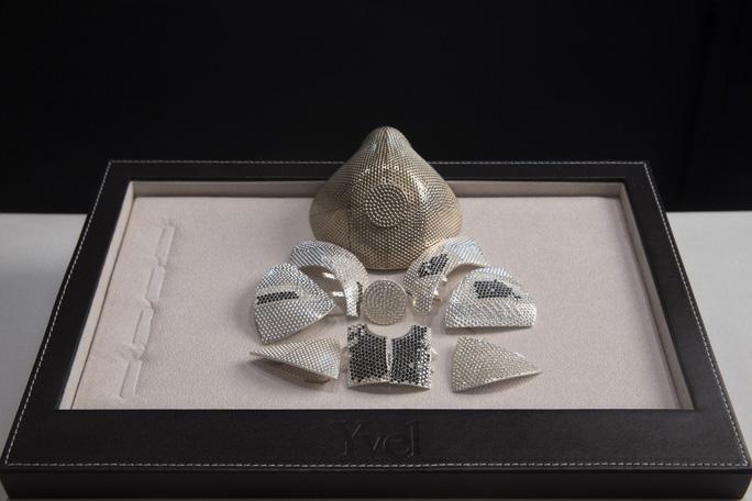 Một mẫu khẩu trang được trưng bày tại công ty trang sức Yvel gần Jerusalem. Ảnh: AP