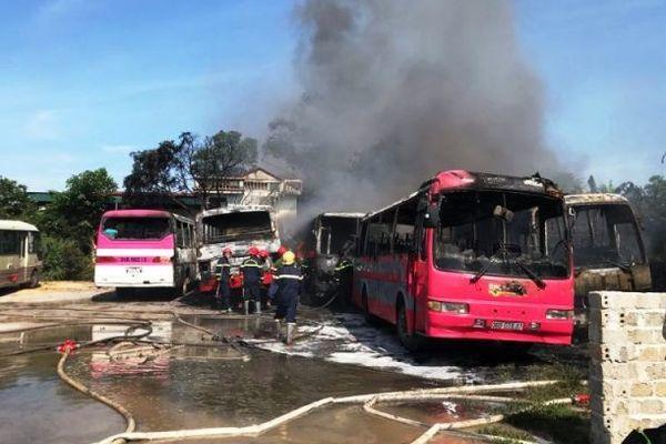 Vụ cháy khiến nhiều xe ô tô bị hư hỏng nặng.