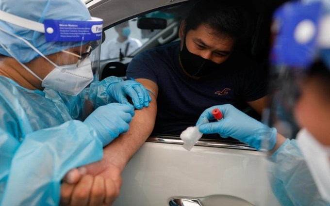 Nhân viên y tế lấy mẫu máu xét nghiệm COVID-19 tại Manila. (Ảnh: Reuters)
