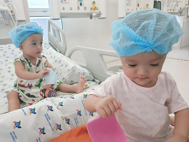 Hai chị em Trúc Nhi - Diệu Nhi chính thức được về chung một giường sau một tháng rưỡi 'tách dính'