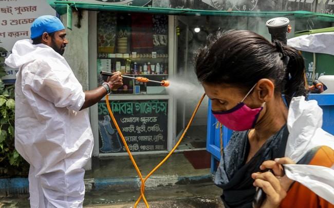 Xịt khử khuẩn để phòng chống COVID-19 tại Kolkata, Ấn Độ, ngày 30/8. (Ảnh: AP)