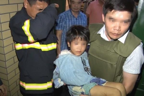 Cháu bé được cơ quan công an giải cứukhỏi sự bạo hành dã man