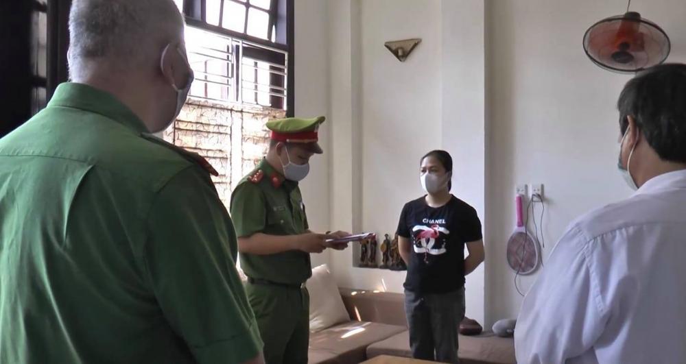 Cơ quan CSĐT CATP Đà Nẵng tống đạt các quyết định khởi tố, bắt tạm giam 4 tháng đối với 2 'nữ quái'
