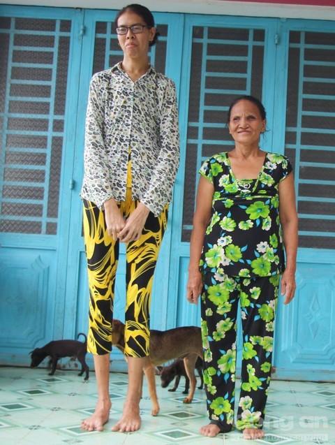Chị Nguyễn Thị Thanh Hoa đứng cạnh mẹ với chiều cao vượt trội.
