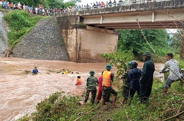 Các lực lượng giăng lưới trên suối để tìm nạn nhân bị nước cuốn mất tích. Ảnh: Hưng Thơ/Lao Động