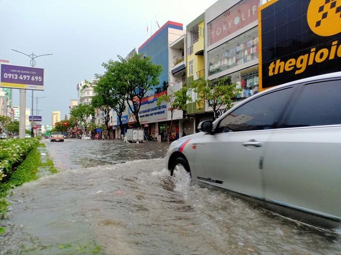 Chùm ảnh trước bão: Đà Nẵng mưa xối xả ngập đường, sấm sét vang trời 7