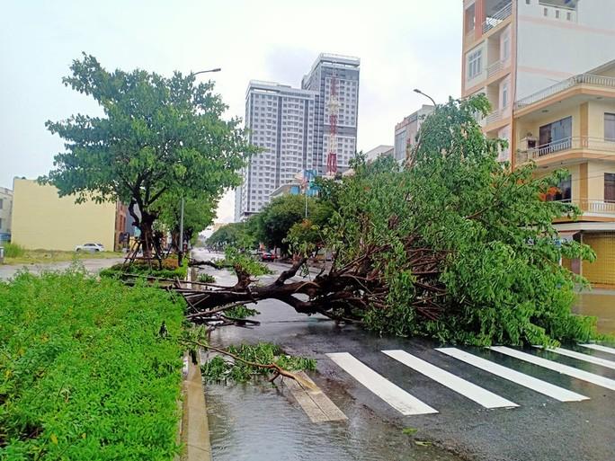 Chùm ảnh trước bão: Đà Nẵng mưa xối xả ngập đường, sấm sét vang trời 3