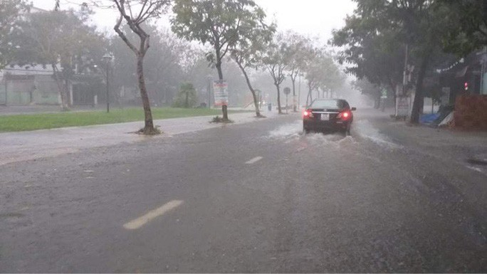 Đường Nguyễn Đình Tứ (Cẩm Lệ) ngập nặng