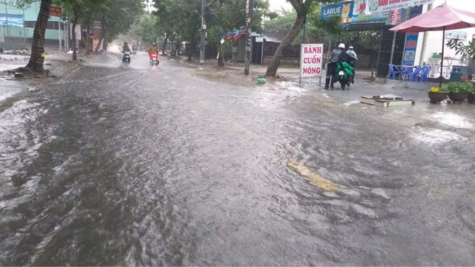 Chùm ảnh trước bão: Đà Nẵng mưa xối xả ngập đường, sấm sét vang trời 12