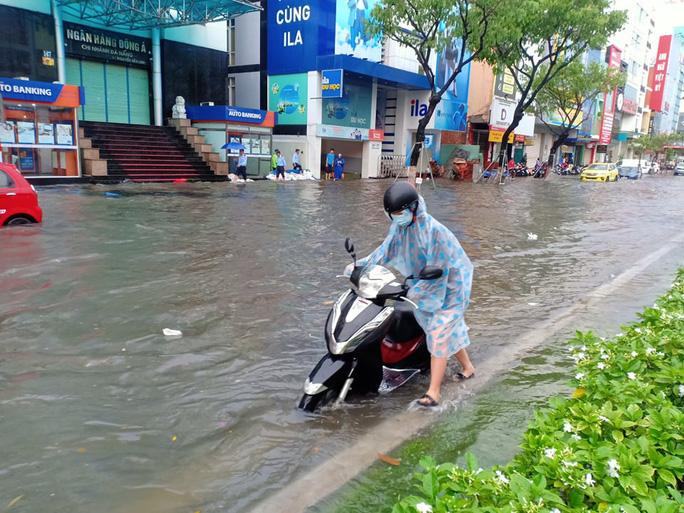 Chùm ảnh trước bão: Đà Nẵng mưa xối xả ngập đường, sấm sét vang trời 8