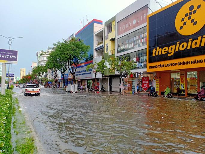 Đường Nguyễn Văn Linh ngập nặng