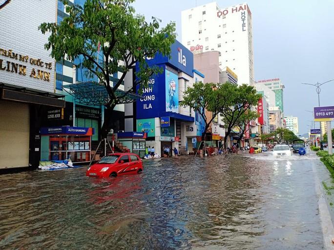 Chùm ảnh trước bão: Đà Nẵng mưa xối xả ngập đường, sấm sét vang trời 6