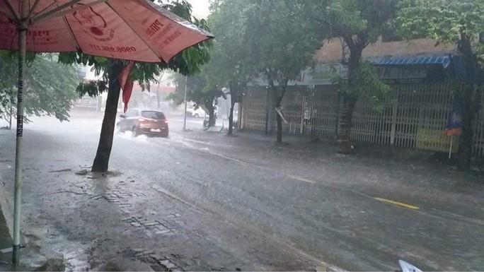Chùm ảnh trước bão: Đà Nẵng mưa xối xả ngập đường, sấm sét vang trời 11