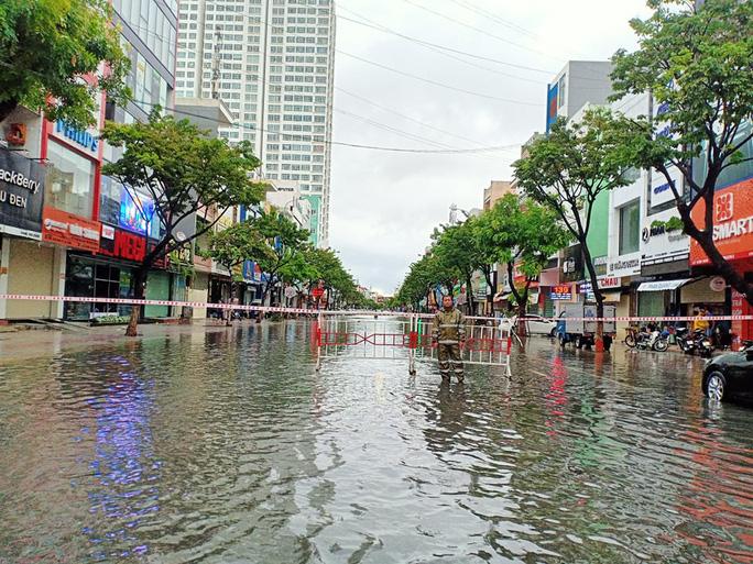 Chùm ảnh trước bão: Đà Nẵng mưa xối xả ngập đường, sấm sét vang trời 16