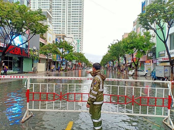 Lực lượng cảnh sát lập rào chắn, hạn chế người dân ra vào khu vực ngập úng tại tuyến đường Hàm Nghi.
