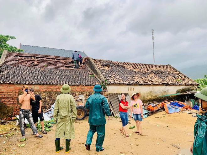 Hàng chục ngôi nhà ở Hà Tĩnh bị tốc mái sau trận lốc xoáy 1