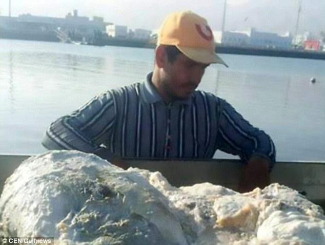 Ngư dân Khalid Al Sinani vớt được khối long diên hương nặng tới 60kg.