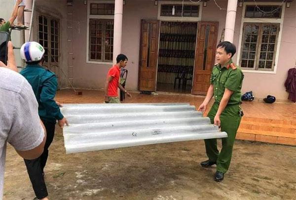 Công an Quảng Trị lợp lại mái nhà cho người dân ở xã Hải Chánh, huyện Hải Lăng.