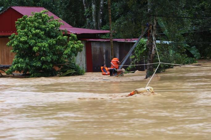 Lực lượng chức năng vượt lũ giải cứu 9 người bị mắc kẹt ở huyện Tây Giang, tỉnh Quảng Nam Ảnh: QUANG NHẬT - TRẦN THƯỜNG