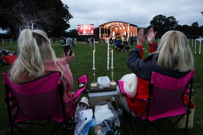 Khán giả Anh tuân thủ quy định giãn cách xã hội khi xem diễn kịch ngoài trời ở Bywell Hall, Northumberland Ảnh: REUTERS