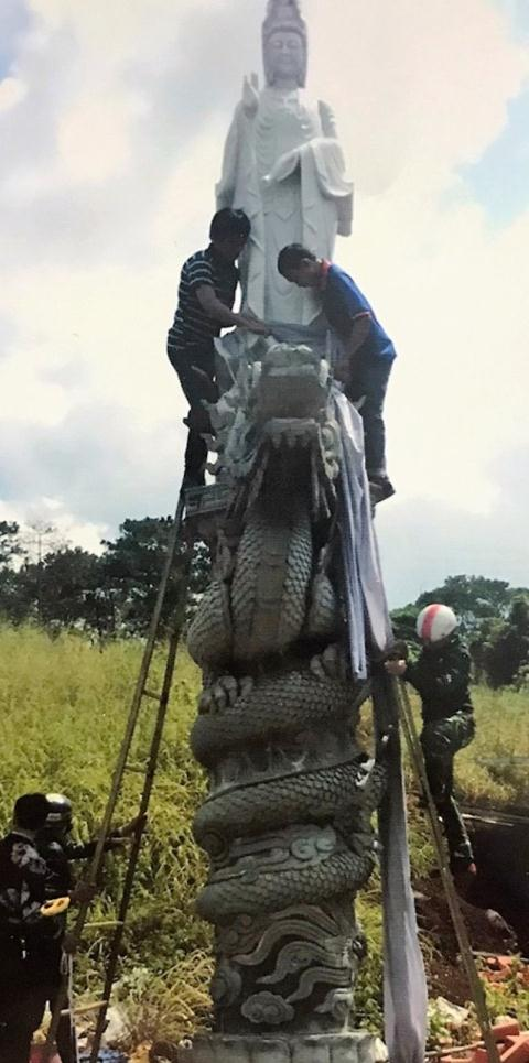 Lực lượng chức năng UBND xã Trường Xuân tháo dỡ tượng phật do bà Nga dựng (Ảnh BĐN)