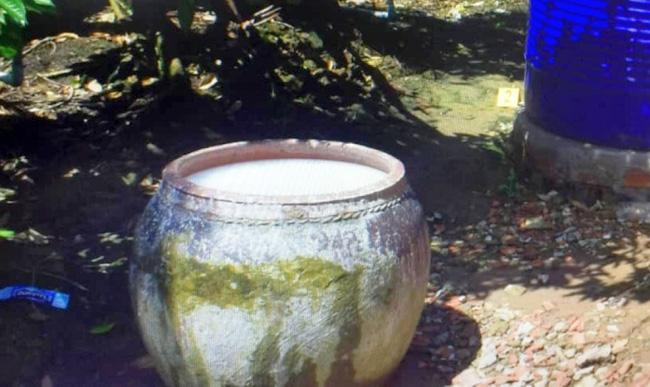 Các lu chứa nước trong gia đình bà Thuận bị nhiễm thuốc bảo vệ thực vật. Ảnh: VOV
