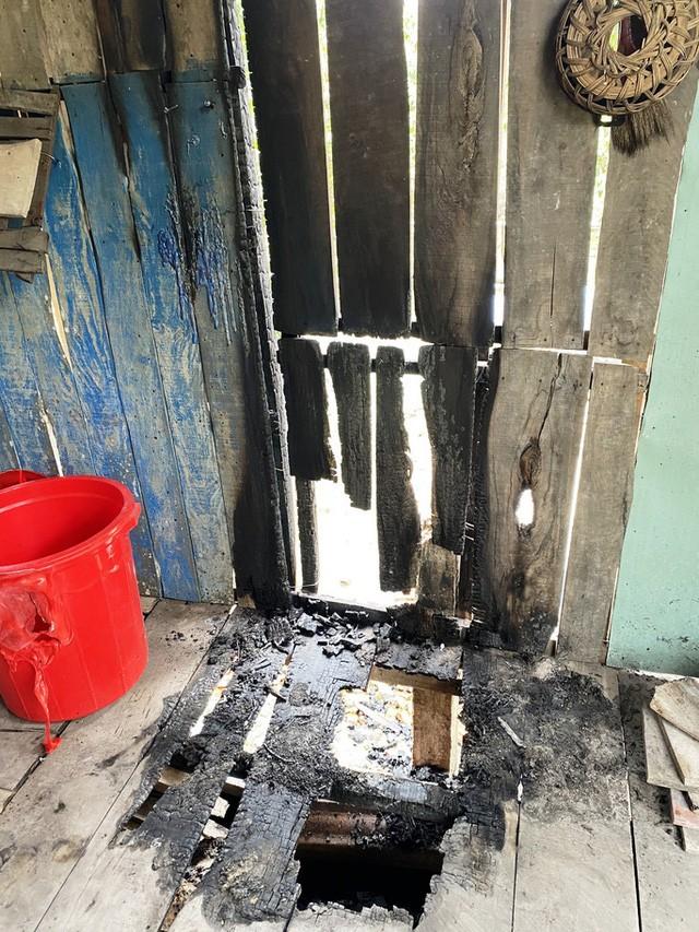 Một phần phía trong nhà bà Thuận bị cháy nghi do phóng hỏa. Ảnh: NLĐ