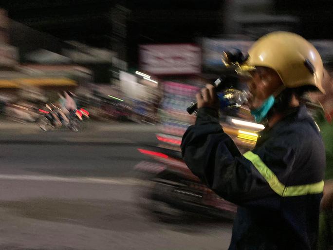 Cả trăm người trắng đêm chui xuống cống tìm người phụ nữ bị nước cuốn ở Đồng Nai 8
