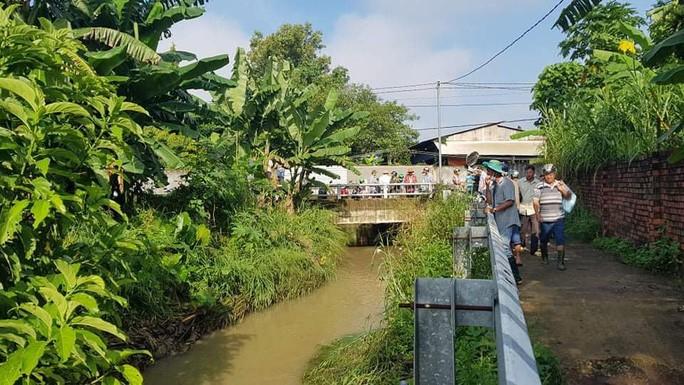 Cả trăm người trắng đêm chui xuống cống tìm người phụ nữ bị nước cuốn ở Đồng Nai 2