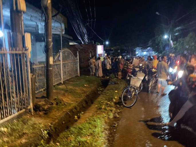 Cả trăm người trắng đêm chui xuống cống tìm người phụ nữ bị nước cuốn ở Đồng Nai 4
