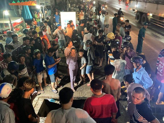 Cả trăm người trắng đêm chui xuống cống tìm người phụ nữ bị nước cuốn ở Đồng Nai 5