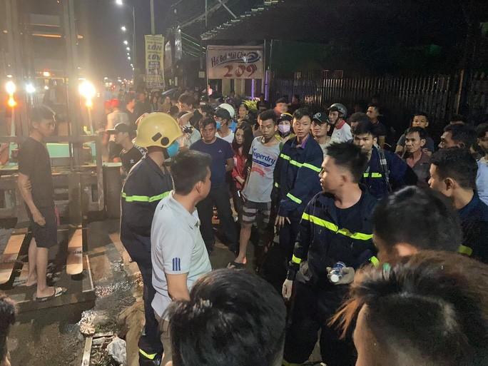 Cả trăm người trắng đêm chui xuống cống tìm người phụ nữ bị nước cuốn ở Đồng Nai 6