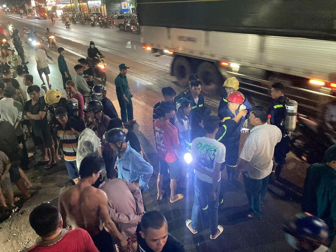 Cả trăm người trắng đêm chui xuống cống tìm người phụ nữ bị nước cuốn ở Đồng Nai 3