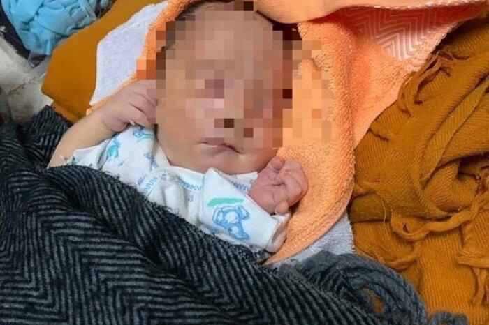Cháu bé 2 ngày tuổi bị bỏ rơi trước cổng chùa. Ảnh: Lao động