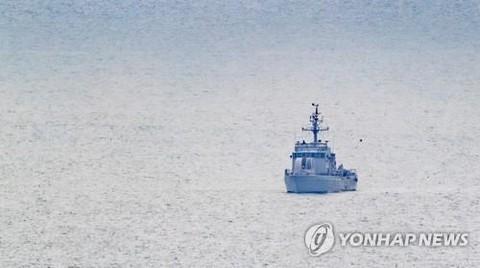Tàu hải quân Hàn Quốc tuần tra ở đảo tiền tiêuYeonpyeong- Ảnh: Yonhap