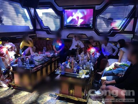 Nhiều nam nữ bay lắc trong quán karaoke.