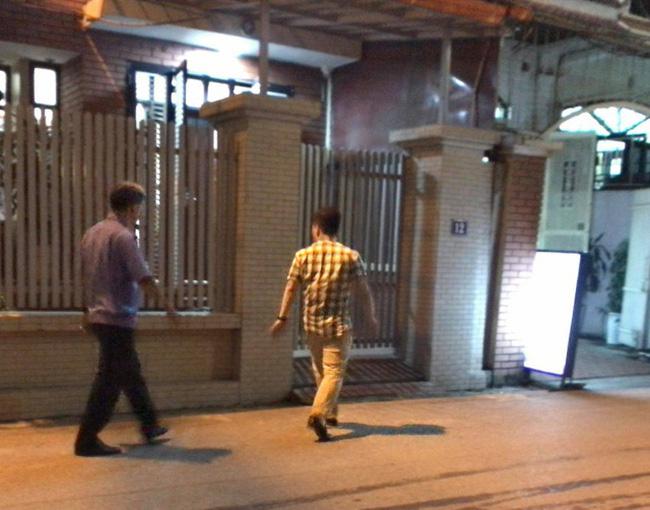 Hình ảnh lực lượng chức năng có mặt tại nhà riêng của ông Nguyễn Ngọc Hiền trên đường Trần Quốc Hoàn (Ảnh: Nguyễn Trường/Dân Trí).