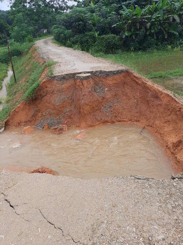 Một đoạn đường liên thôn bị xói lở.