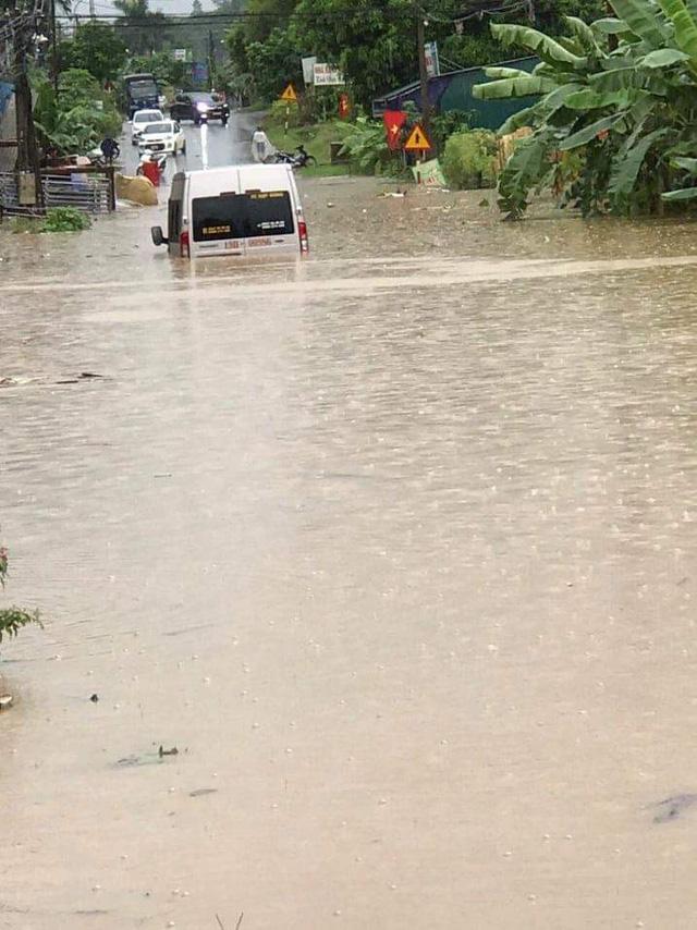 Mưa lớn khiến nhiều tuyến đường bị ngập nặng.