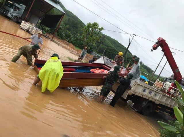 Các lực lượng chức năng đang khẩn trương di dời người dân đến nơi an toàn và tập trung khắc phục thiệt hại.