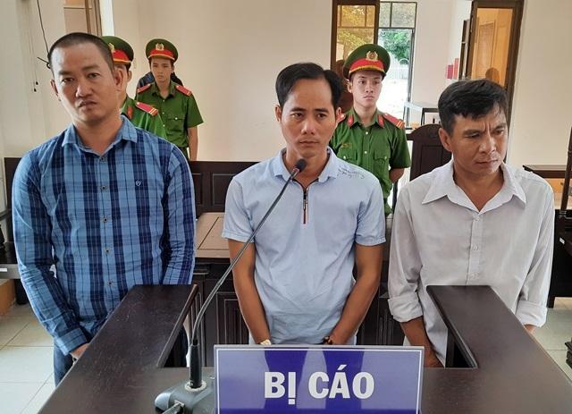 Các bị cáo (từ trái sang): Tô Mìl, Nguyễn Tấn Tài và Phan Minh Tùng tại phiên tòa. Ảnh: Báo Đồng Tháp